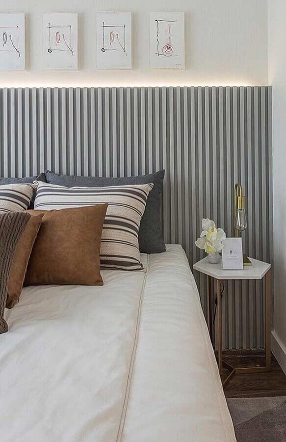 quarto branco decorado com cabeceira cinza de madeira e luminária para mesa lateral  Foto Construção e Design