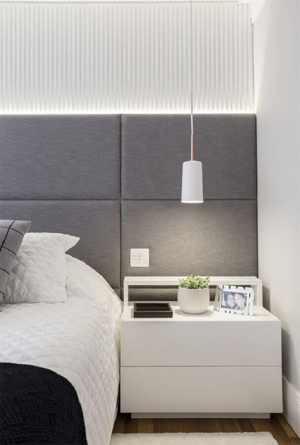 quarto branco decorado com cabeceira estofada cinza  Foto Pinterest