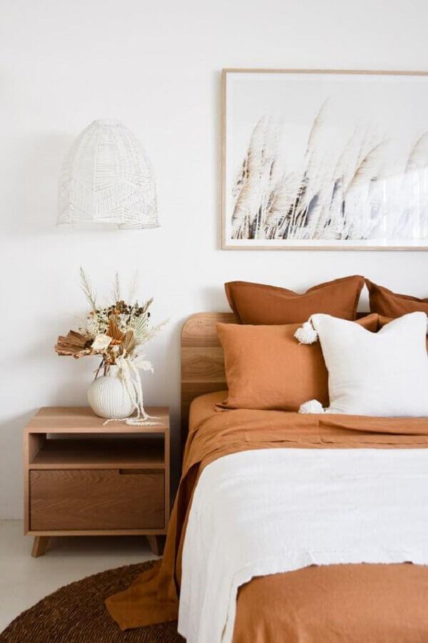 quarto branco decorado com detalhes em tons terrosos  Foto Adore Magazine