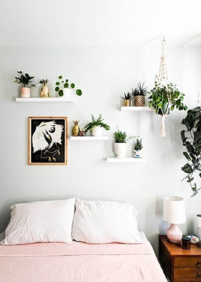 quarto branco decorado com prateleira para plantas e criado mudo de madeira  Foto EsLa Moda