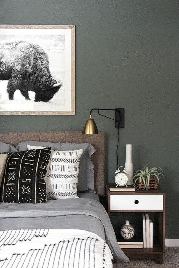 quarto cinza decorado com luminária de cabeceira cobre Foto Apartment Therapy