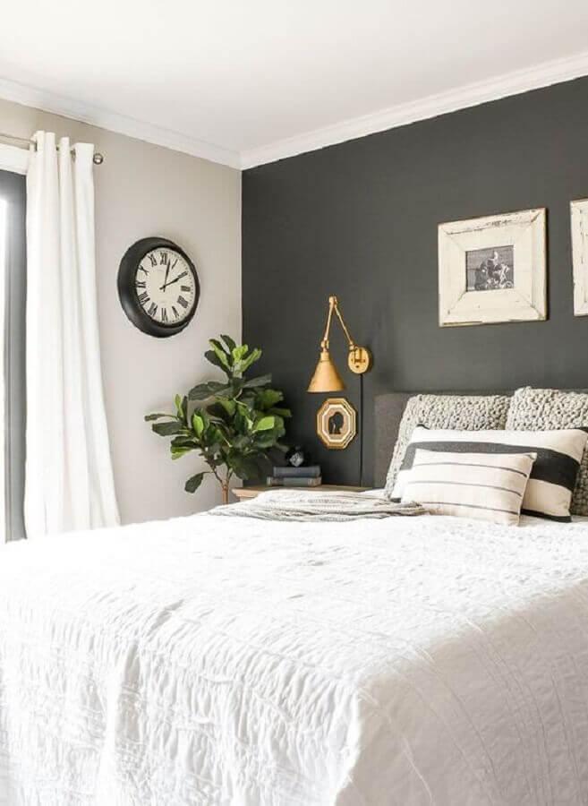 quarto cinza e branco decorado com luminária de cabeceira dourada  Foto Ariyona Interior