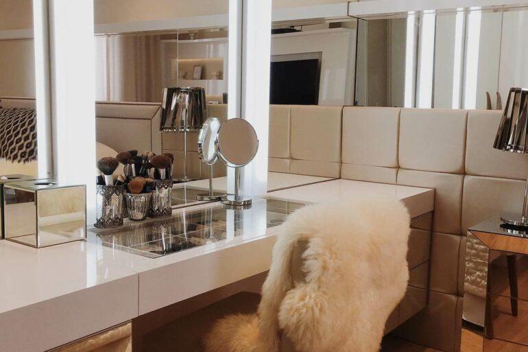 Penteadeira com espelho pequeno e luz de led - Via: Pinterest