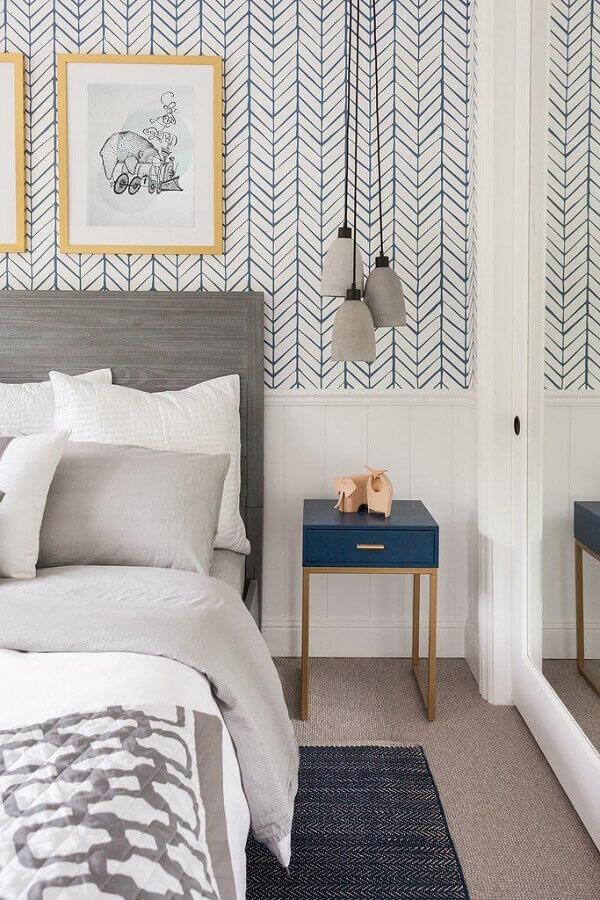 quarto com cabeceira cinza decorado com papel de parede branco com estampa azul  Foto Fashionismo
