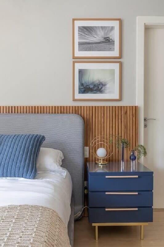 quarto com cabeceira cinza estofada em frente a cabeceira de madeira  Foto Jeito de Casa