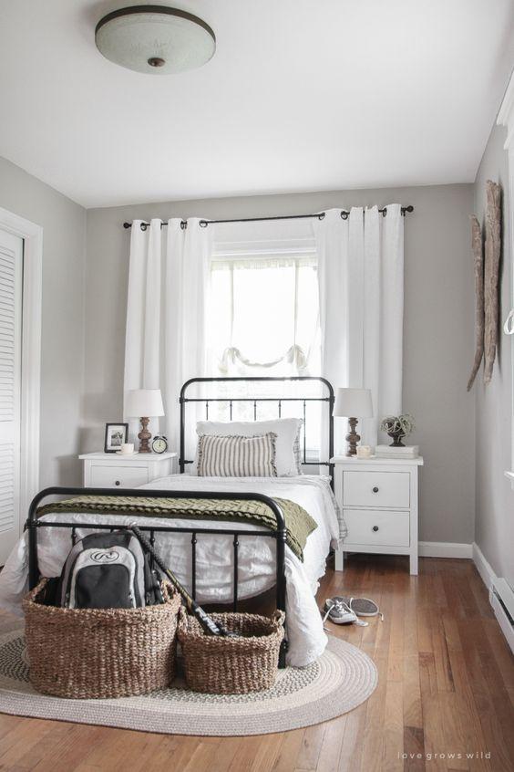 Quarto minimalista com cama de ferro