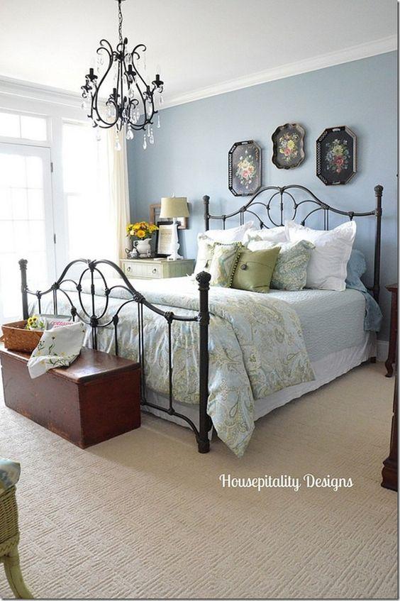 Quarto com cama de ferro preta