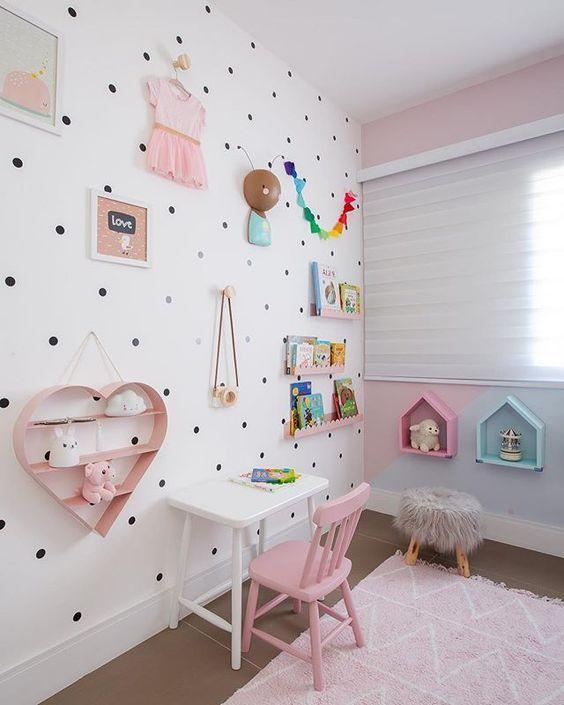 Quarto com escrivaninha infantil clean e cadeira cor de rosa