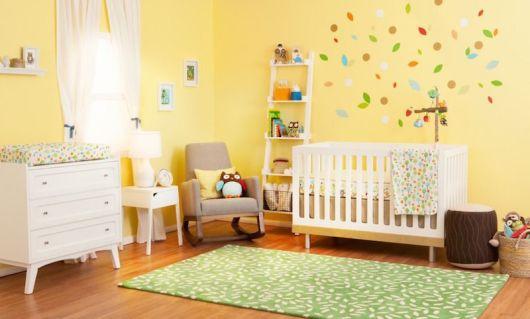 Quarto de bebê amarelo pastel