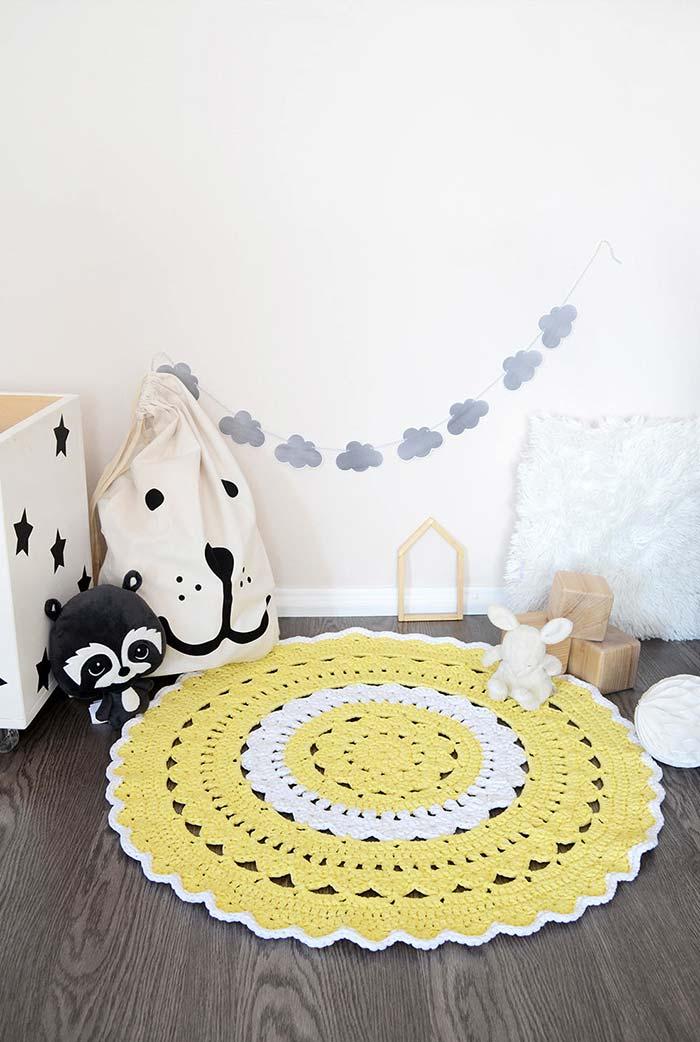Tapete amarelo pastel no quarto clean