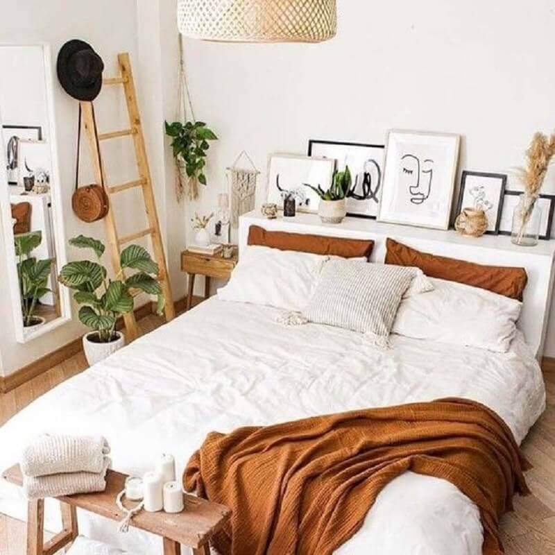 quarto de casal branco decorado com detalhes em tons terrosos Foto Pinterest