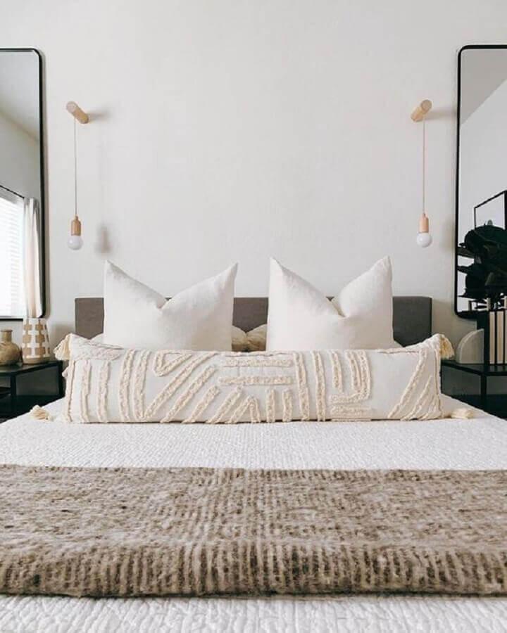 quarto de casal branco decorado com luminária de cabeceira de parede  Foto Design Allure