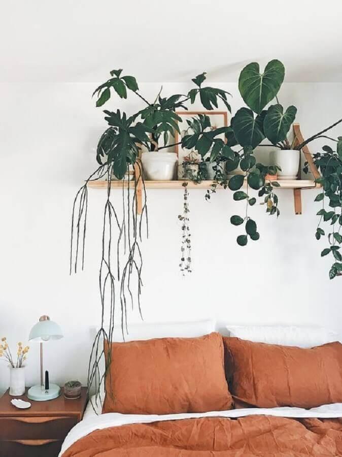 quarto de casal branco decorado com prateleira para plantas  Foto Terrários & Suculentas