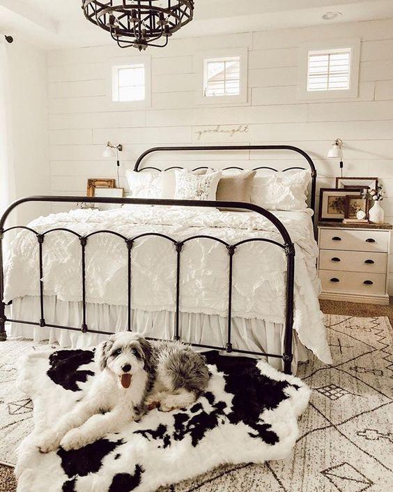 Quarto de casa com cama de ferro preta