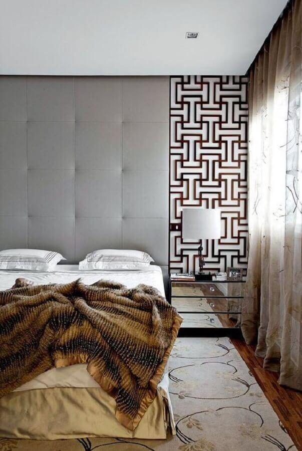 quarto de casal decorado com cabeceira de cama cinza estofada até o teto  Foto Pinterest