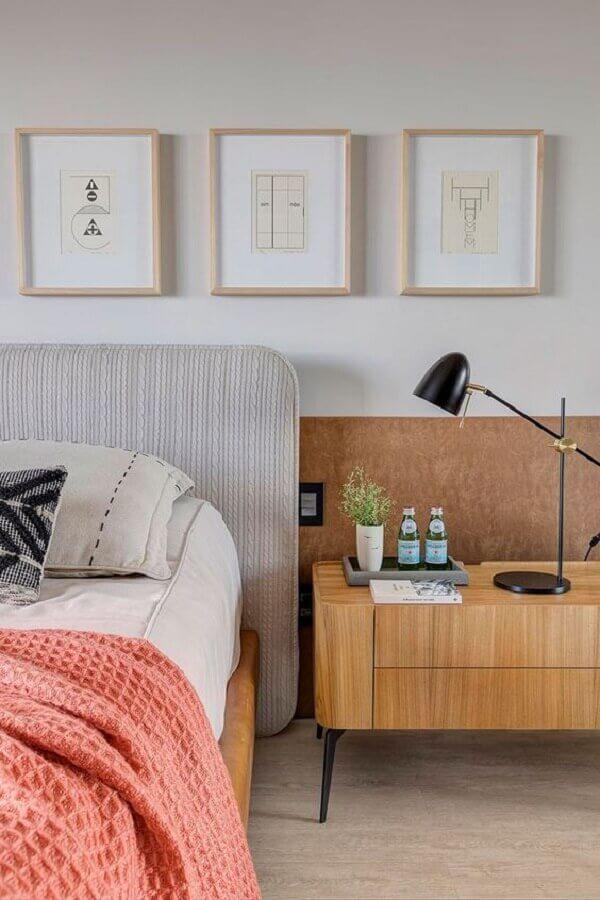 quarto de casal decorado com cabeceira estofada e luminária para mesa de cabeceira  Foto Casa de Valentina