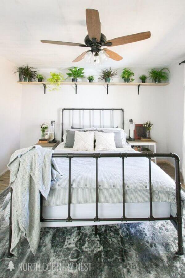 quarto de casal decorado com cama de ferro e prateleira para vasos de plantas  Foto Home Fashion Trend
