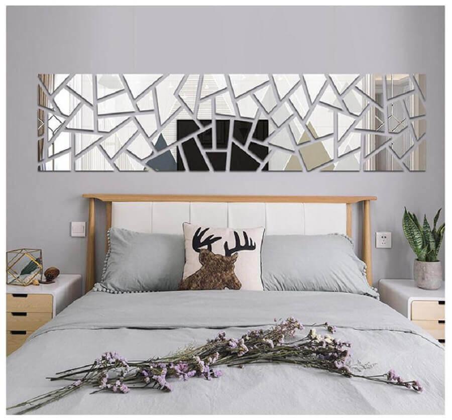 quarto de casal decorado com espelho sem moldura na parede da cabeceira Foto Etsy