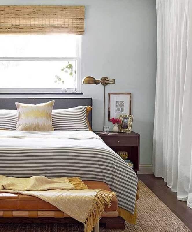 quarto de casal decorado com luminária de cabeceira para leitura com acabamento em ouro envelhecido Foto Better Homes and Gardens