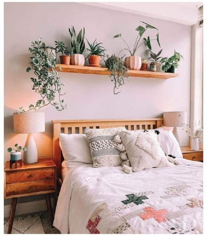 quarto de casal decorado com móveis e prateleira de madeira para plantas  Foto We Heart It