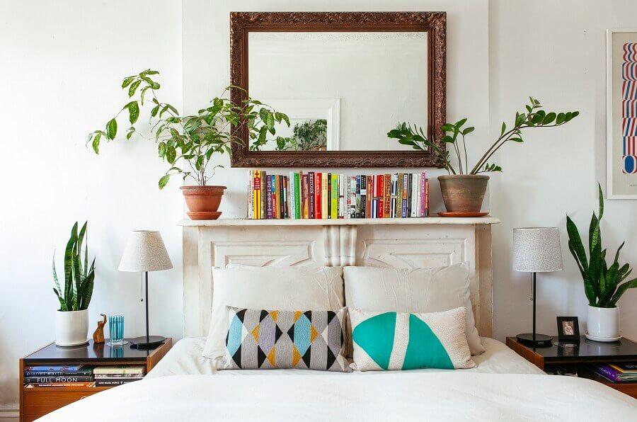 quarto de casal decorado com prateleira para vasos de plantas e livros  Foto Pinterest