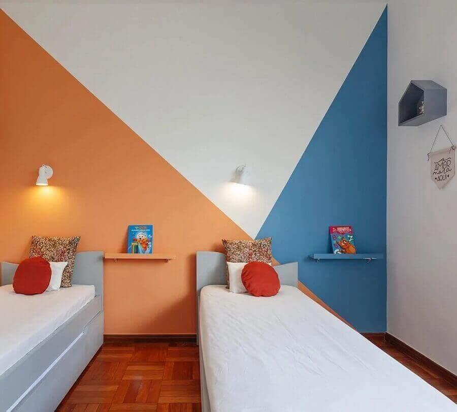 quarto de solteiro decorado com cores quentes na parede  Foto AMIS Arquitetura