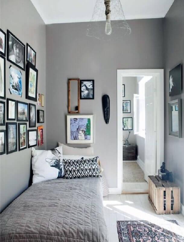 quarto de solteiro pequeno e simples decorado com vários quadros na parede Foto We Heart It