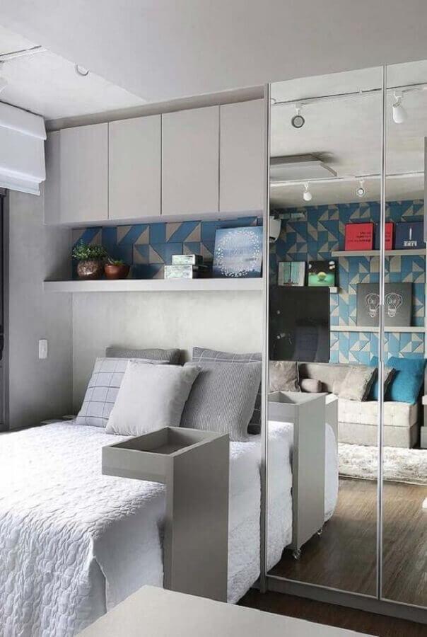 quarto de solteiro pequeno planejado com guarda roupa espelhado Foto Viajando no Apê
