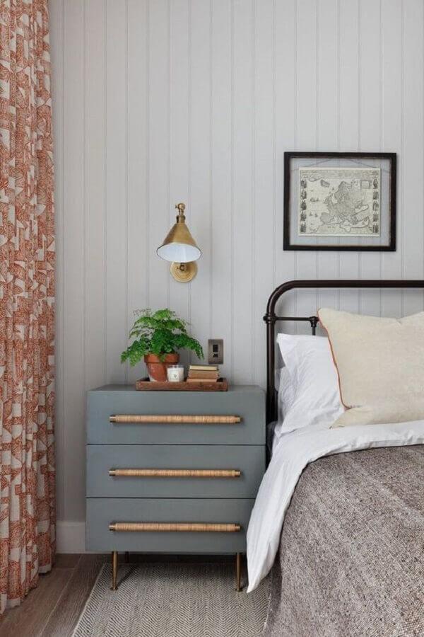 quarto decorado com cama de ferro e luminária de cabeceira para leitura Foto Archilovers