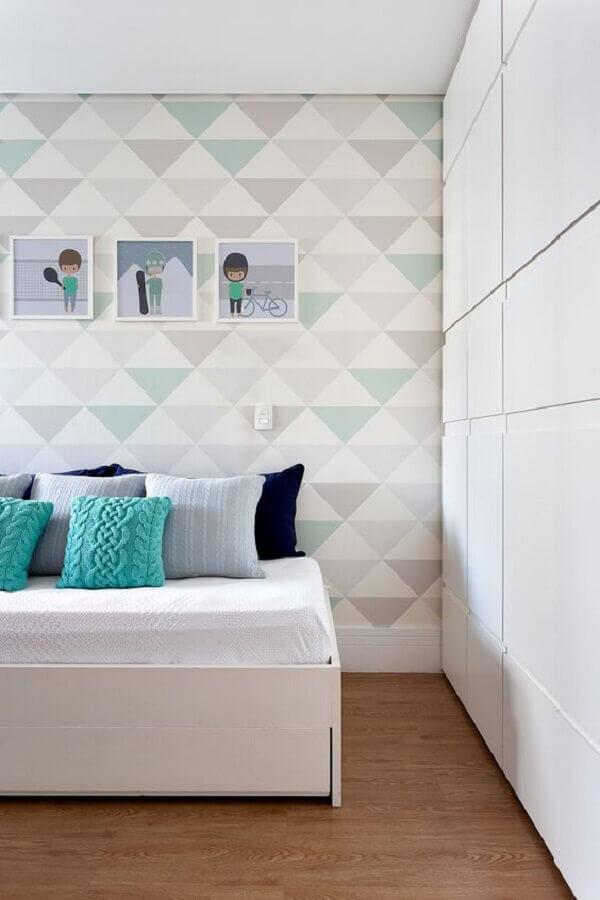 quarto decorado com muitas almofadas e papel de parede geométrico Foto Casa de Valentina