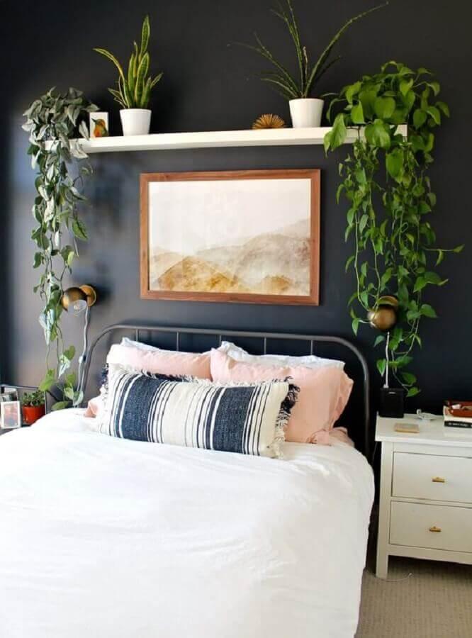 quarto decorado com prateleira para plantas na parede da cabeceira  Foto Pinterest