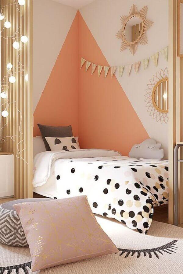 quarto feminino infantil decorado com parede geométrica branca e coral  Foto Mimoo Toys