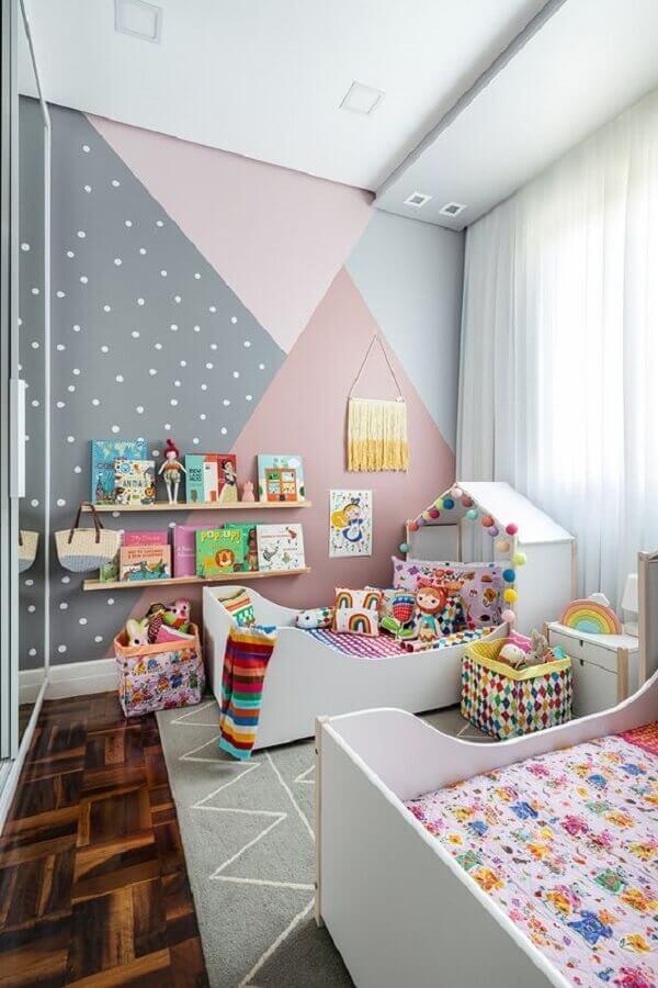 quarto infantil cinza e rosa decorado com pintura de parede geométrica  Foto MOOUI