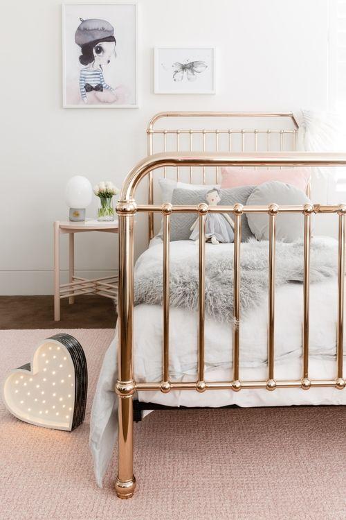 Quarto com cama de ferro dourada