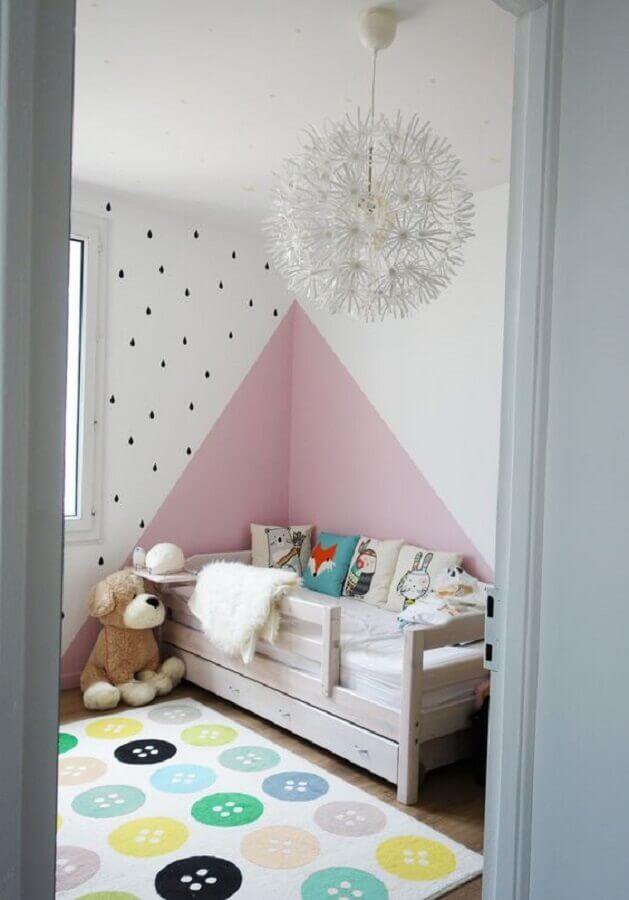 quarto infantil feminino decorado com parede geométrica rosa e branca  Foto Planète Déco
