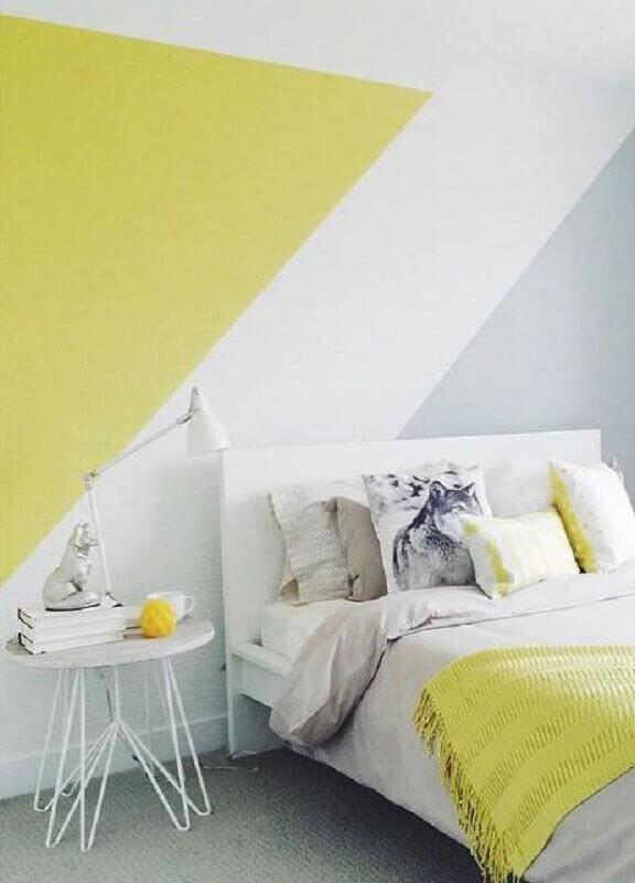 quarto minimalista decorado com pintura de parede geométrica amarela branca e cinza