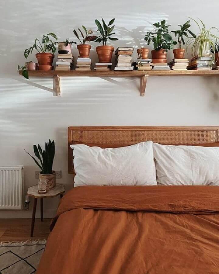 quarto minimalista simples decorado com prateleira de madeira para plantas  Foto Home Fashion Trend