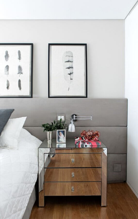 quarto moderno decorado com criado mudo espelhado e luminária de cabeceira articulada Foto Casa de Valentina