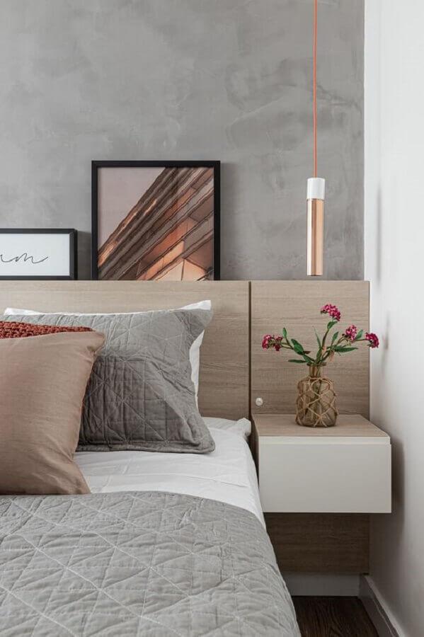 quarto moderno decorado com luminária pendente de cabeceira e parede de cimento queimado  Foto Rúbia M. Vieira Interiores