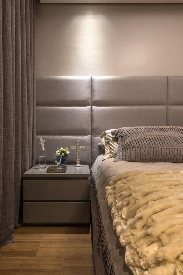 quarto planejado com cabeceira de cama cinza estofada  Foto Andréa Buratto Arquitetura