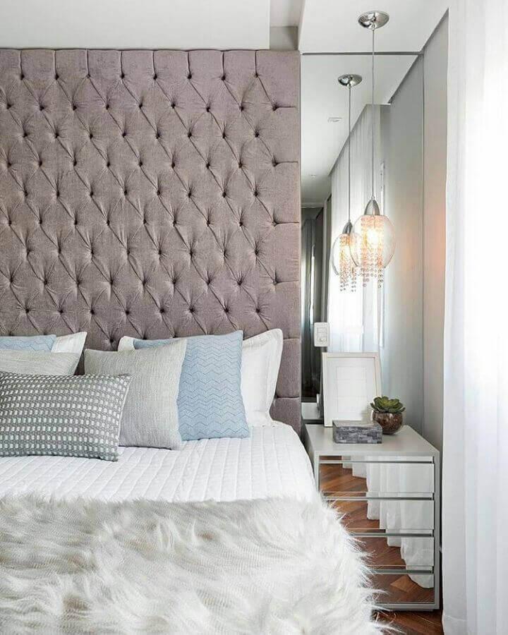 quarto planejado decorado com cabeceira estofada cinza e criado mudo espelhado  Foto Apartment Therapy