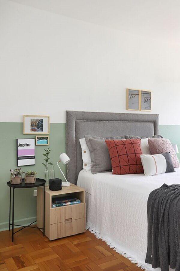 quarto simples decorado com cabeceira cinza solteiro  Foto Jeito de Casa