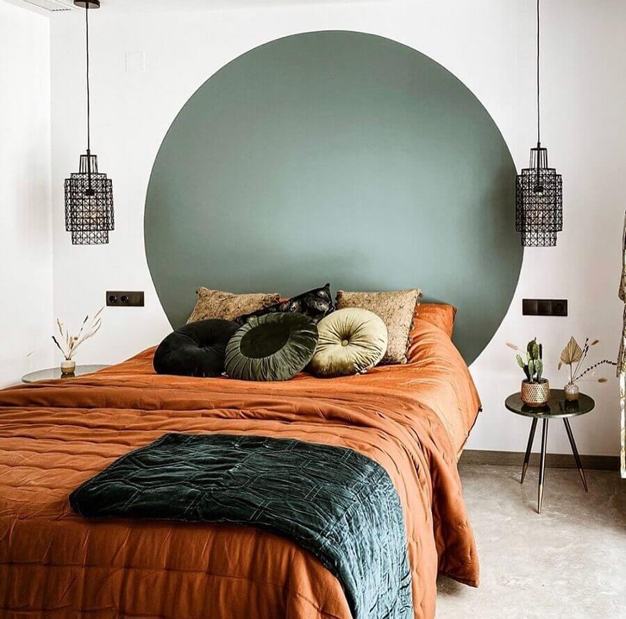 quarto simples decorado com jogo de cama em tons terrosos Foto EZ House