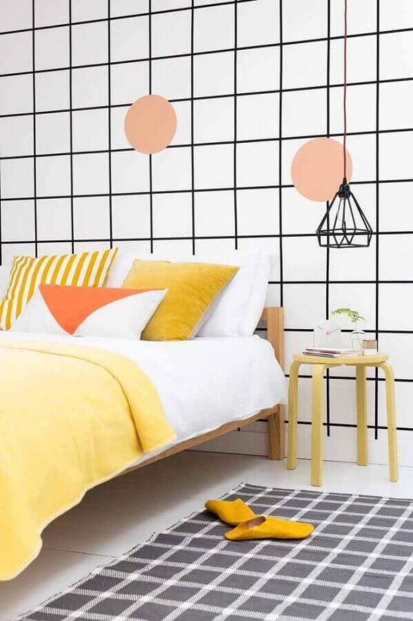 quarto simples decorado com papel de parede geométrico preto e branco  Foto Houzz