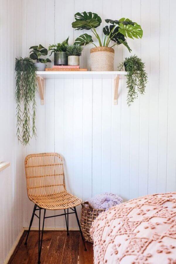 quarto simples decorado com prateleira para vasos de plantas Foto Terrários & Suculentas
