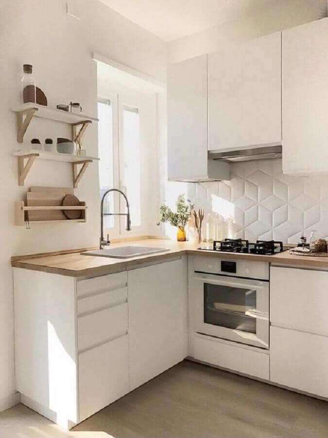 revestimento 3d para cozinha de canto pequena branca com bancada de madeira Foto Apartment Therapy