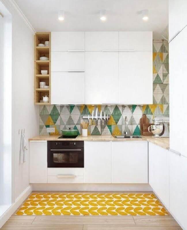 revestimento colorido para cozinha de canto planejada branca com bancada de madeira Foto Apartment Therapy