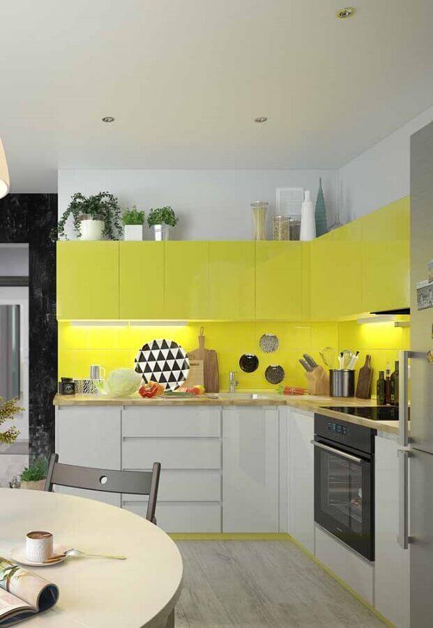 revestimento e armário aéreo amarelo para decoração de cozinha de canto planejada branca Foto Ideias Decor