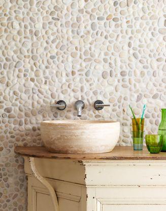 Revestimento de seixos na parede