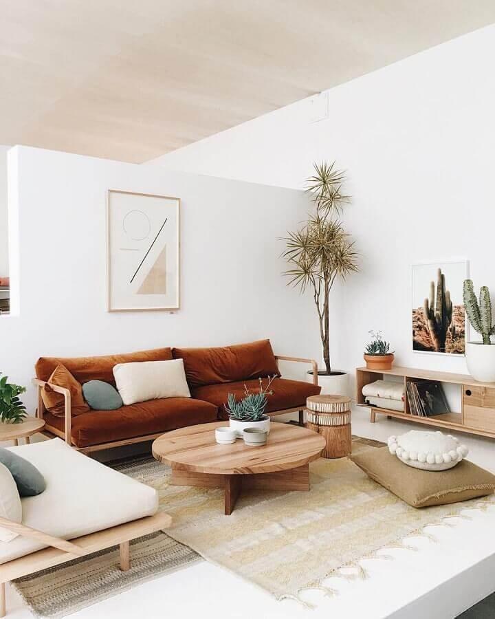 sala branca decorada com sofá em paleta tons terrosos  Foto Pinterest
